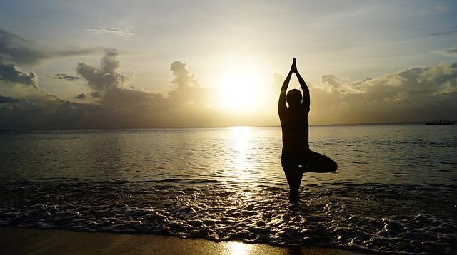 cvičení jógy v moři