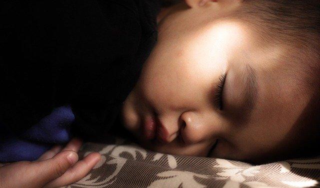 spánek na břiše