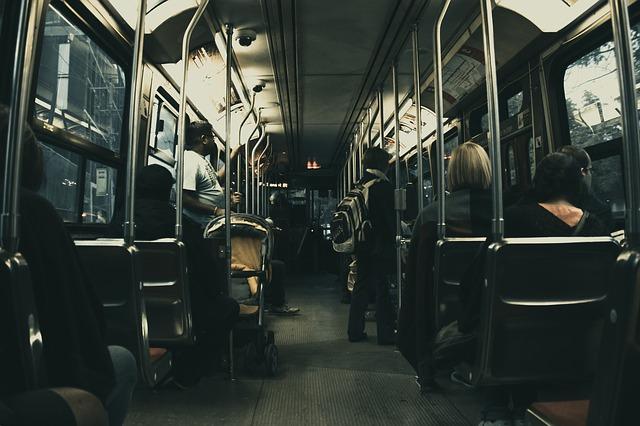 vnitřek autobusu