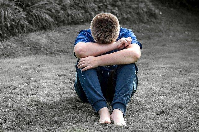 chlapec smutný