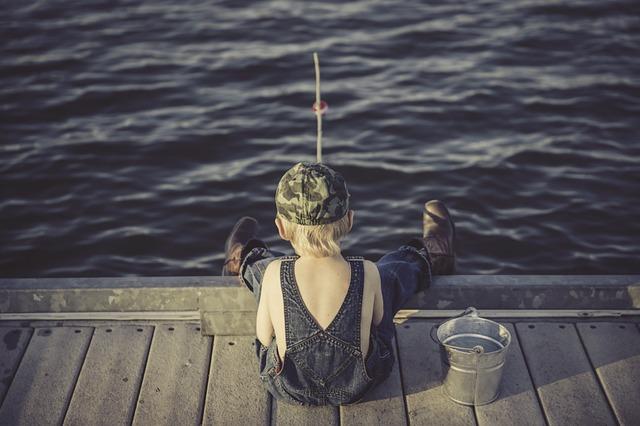 chlapec při rybaření.jpg