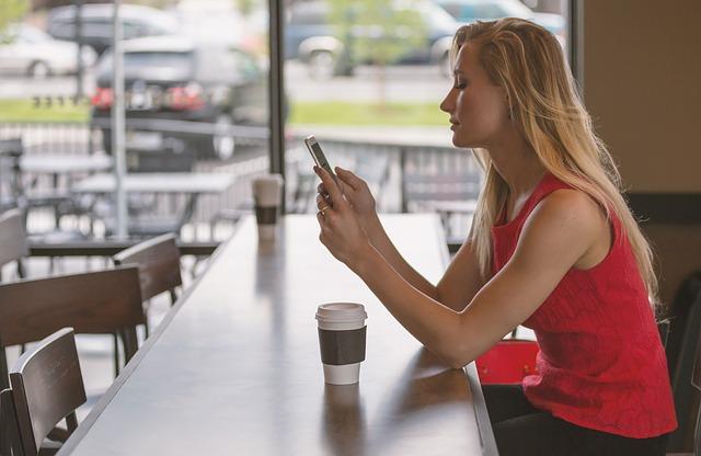 blondýna v kavárně
