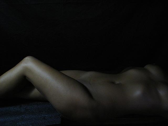 nahá ženská postava