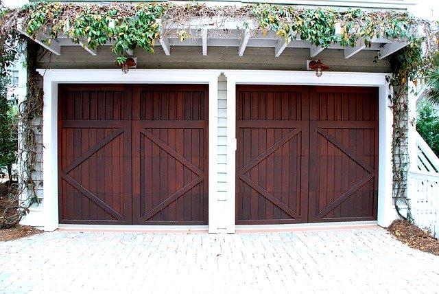 dřevěná vrata od dvojgaráže