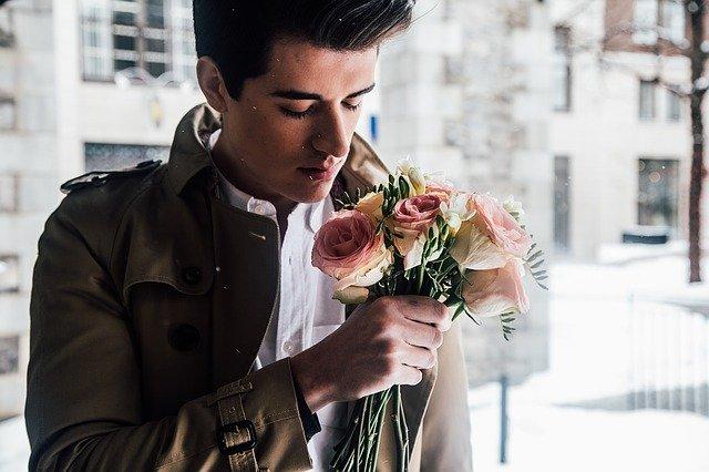 muž s kyticí růží